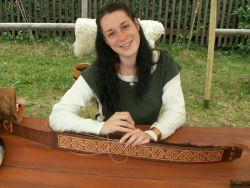 Michaela, beim Leder bearbeiten