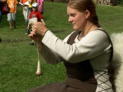 Ulrica, die Handwerkerin beim Spinnen mit der Handspindel